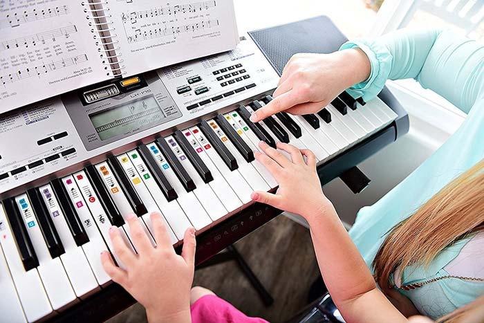 در حال نواختن پیانو 1