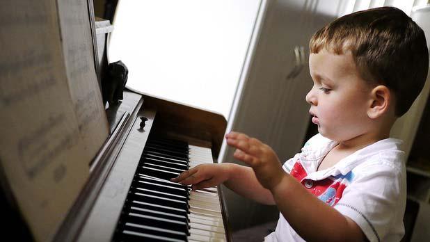کودکی در حال نواختن پیانو