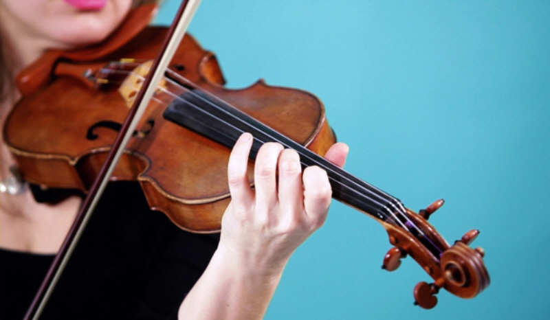 در حال نواختن ویولن