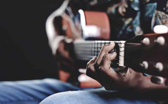 در حال نواختن گیتار